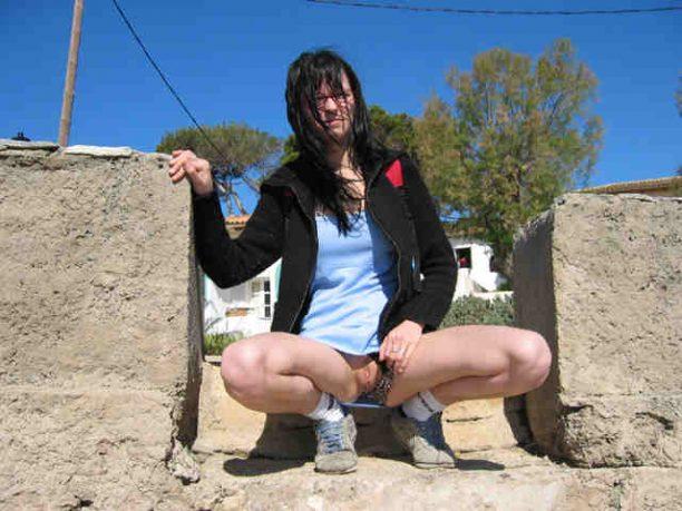 geile Schlampe zeigt ihre Fotze Outdoor